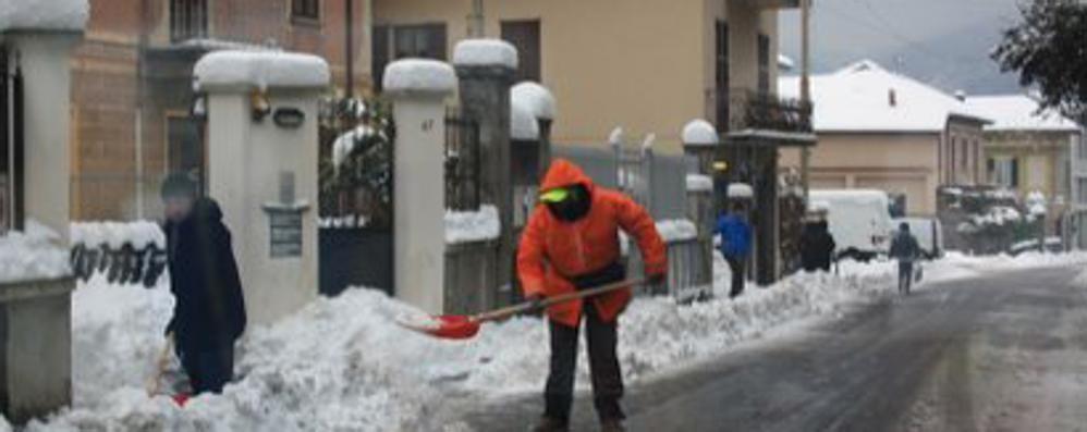 Mandello,   neve ma niente spalatori  Senza voucher il Comune non li paga