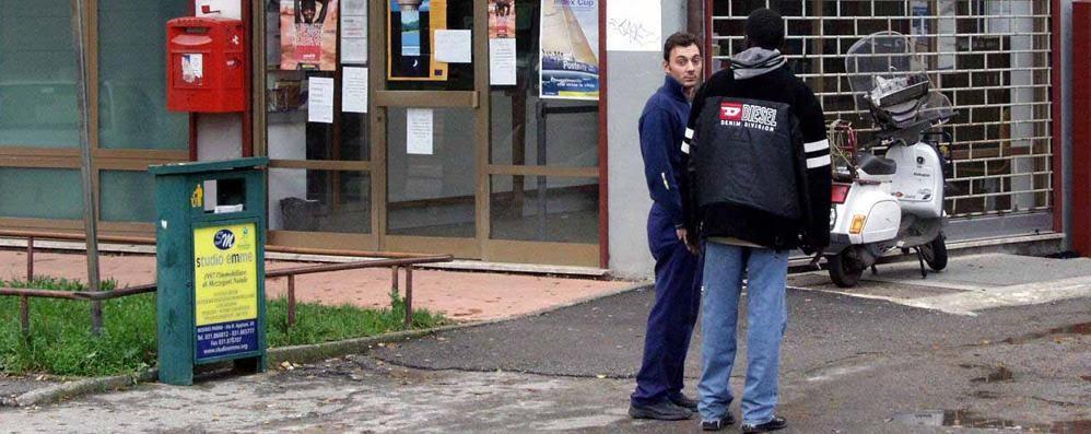 Buste e pacchi abbandonati sui muretti  «Qui la posta arriva a settimane alterne»