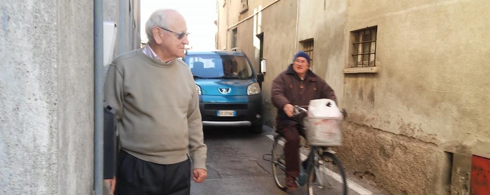 Mandello, sull'uscio 450 auto all'ora  «In via San Zenone si rischia davvero»