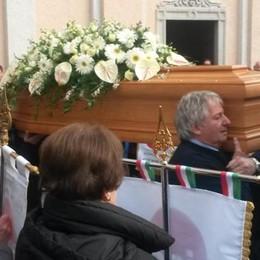 Primaluna, l'arrivederci a Matteo  Tra i vessilli dell'Aido e tanti caschi in lutto