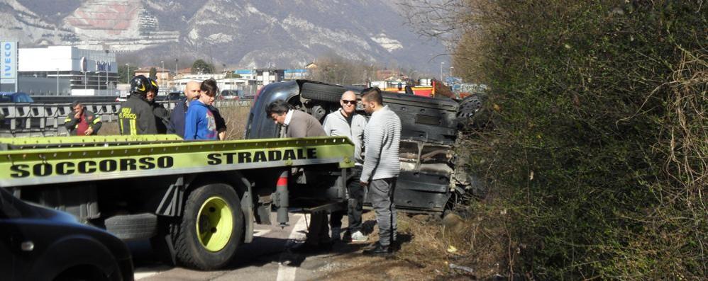 Auto ribaltata a Molteno  Chiuso lo svincolo sulla 36