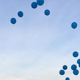 """Un lungo corteo al ponte di Paderno  Poi i palloncini per dire """"Vivi la vita"""""""