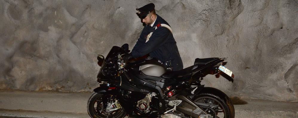 Scontro fra moto in galleria  Grave una donna di 38 anni