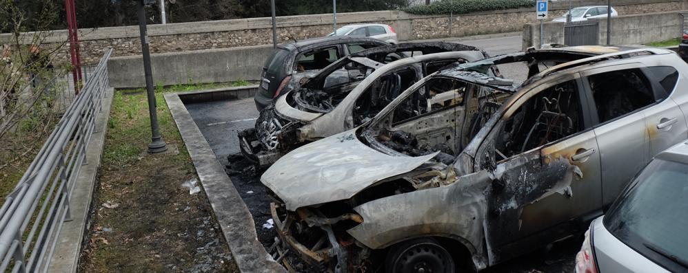 Rogo di auto a Olginate, la telecamera  riapre il caso, è doloso?
