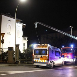 Lecco, brucia il tetto della palazzina  Due anziani sono stati evacuati