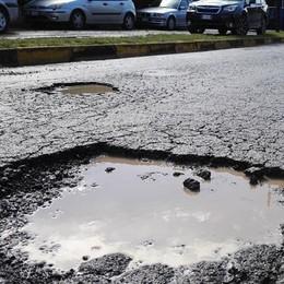 Calolzio, strade piene di buche  Pericolo per moto e ciclisti