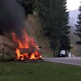 Sormano, auto prende fuoco  durante la gita al Pian del Tivano