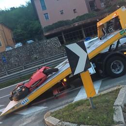 Incidente al rondò di Malgrate  Ferito un motociclista
