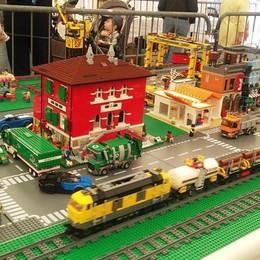 Lego senza età, pienone a Mandello  Padri e figli uniti dai mattoncini colorati