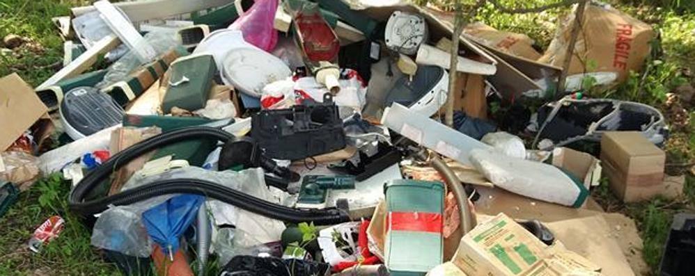 Nibionno, i volontari puliscono  Ma è di nuovo una discarica