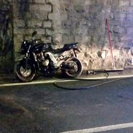 Una brutta caduta in galleria  Paura per un giovane motociclista