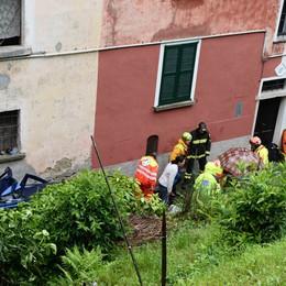 Auto vola per quindici metri nel giardino   Tre feriti, grave una donna