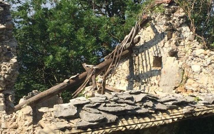 Crolla un vecchio rustico  Provinciale 179 chiusa a Torre