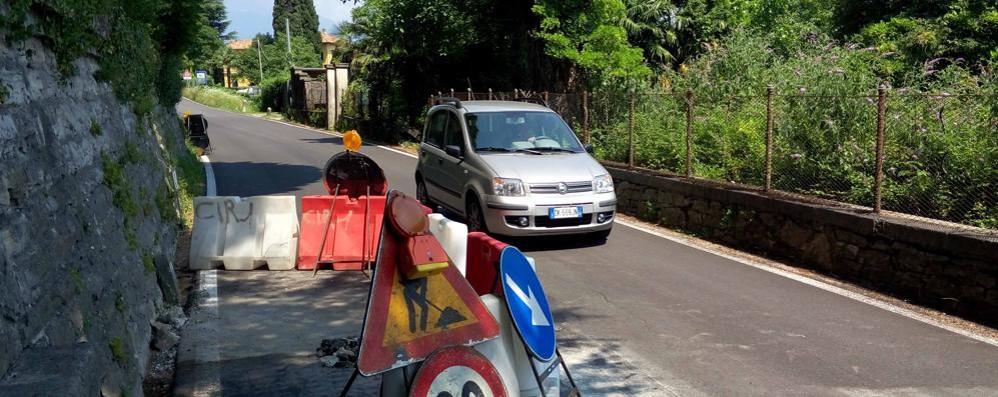 L'asfalto cede sulla strada Lariana  Resta in vigore il senso unico alternato