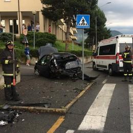 Scontro tra furgone e auto  Madre e figlio in ospedale