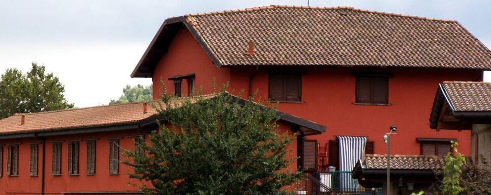 «Basta migranti nelle case del Comune»  Erba, la coop sfrattata  ora pulirà i locali
