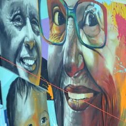 Gli sguardi dei lecchesi ritratti in via Porta  Un murales racconta la vita quotidiana
