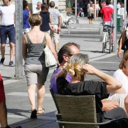 È un agosto senza idee per i turisti  Resta il richiamo dei negozi aperti