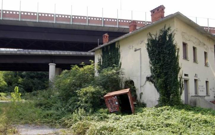 Galbiate, l'ex pizzeria vicino al tunnel   Un rudere e riparo di sbandati