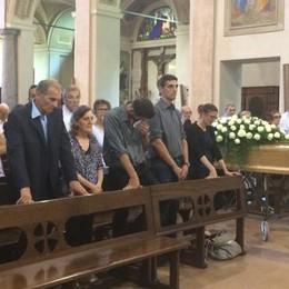 Morto in vacanza, il commosso addio  L'ex parroco: «Qui regnava la gioia»