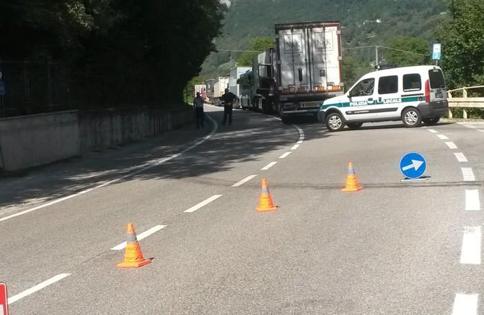 Pasturo - La lunga coda di automezzi in attesa del recupero del tir