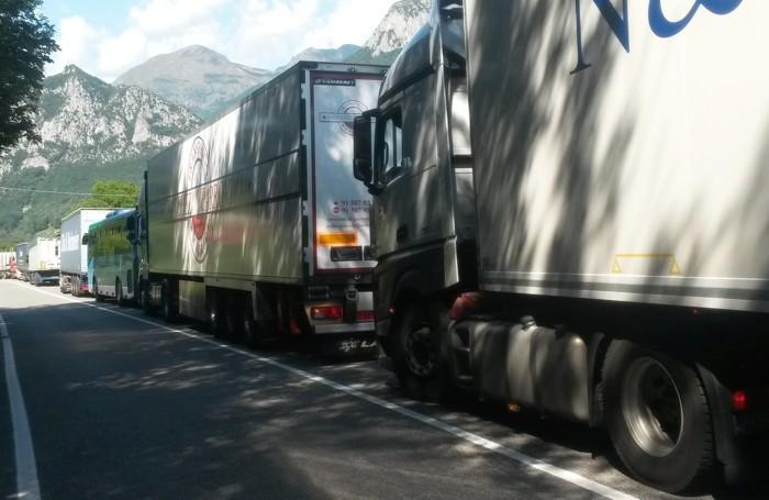 Pasturo - I vigili hanno potuto deviare i veicoli in transito, ma non i tir