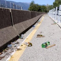 Bottiglie e spazzatura nel cantiere  Sulla pista ciclabile corre solo il degrado