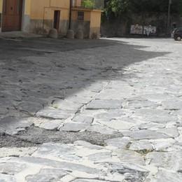 Inciampa in piazza Fontana  E chiede i danni al Comune