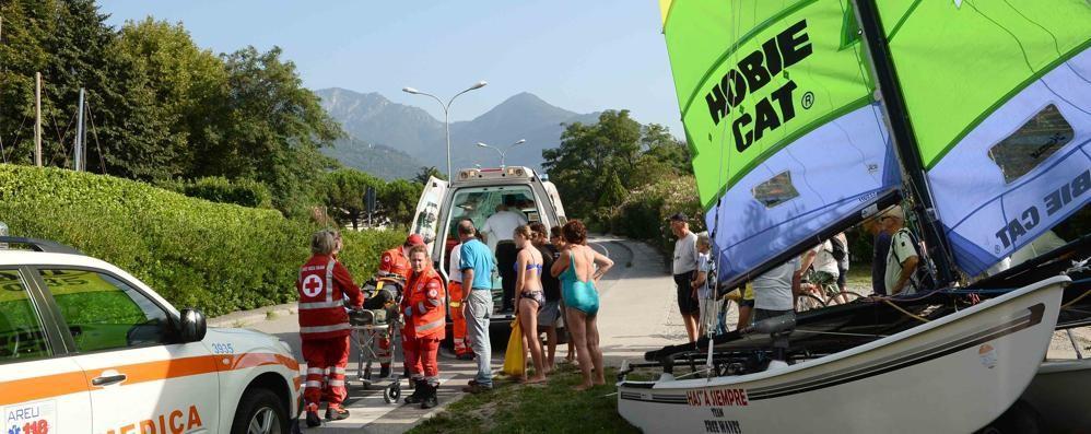 Il catamarano si ribalta,   paura per un ragazzo a Colico