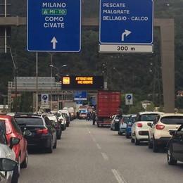 Auto contro camion sul terzo ponte  Code sulla Super in direzione Milano