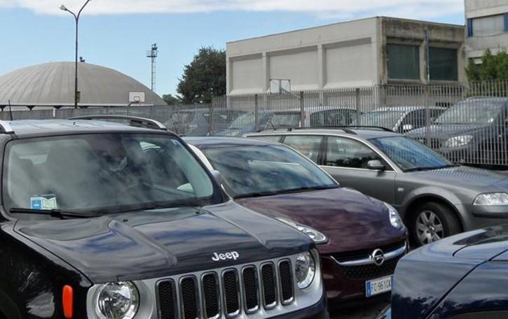 Prigionieri delle auto davanti al Bachelet  Residenti esasperati