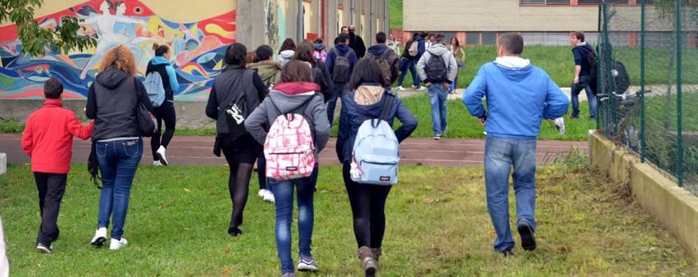 Studenti senza biglietto  picchiano due controllori