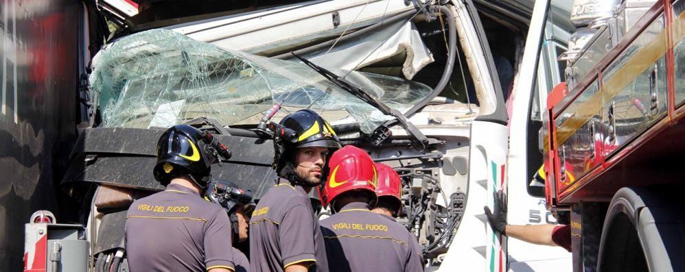 Scontro fra camion ad Annone  Un ferito e traffico a lungo in tilt