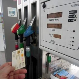Non rincara la vignetta  La benzina forse sì