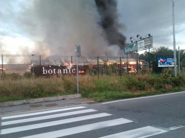 Vertemate con Minoprio, incendio Botanic, foto della lettrice Emanuela Pifferi