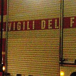 Fiamme nel silos di un'azienda  Pompieri al lavoro a Mandello