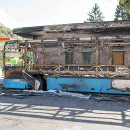 Bus di linea in fiamme   Pompieri di notte a Taceno
