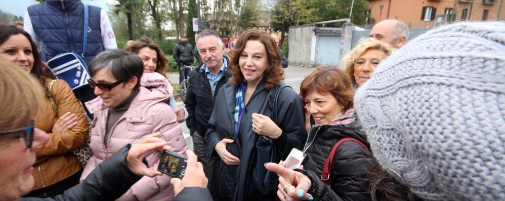La fiction Rai a Pescarenico  Bagno di folla per la Sandrelli