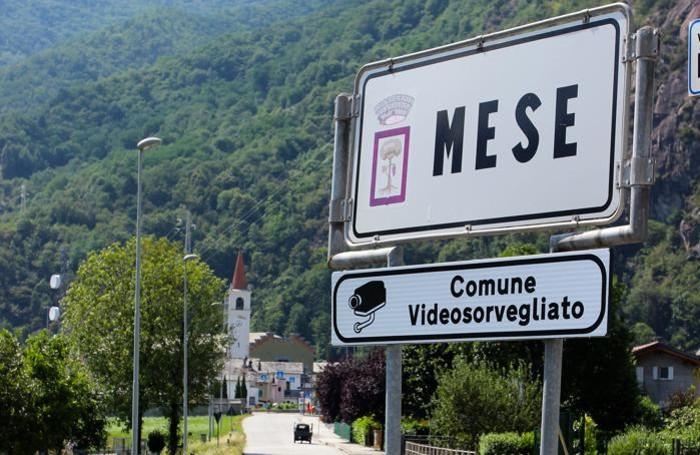 MESE Il cartello che all'ingresso del paese indica la presenza di telecamere