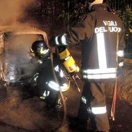 Verderio, bruciano  quattro auto