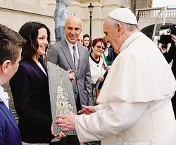 Papa Francesco con la delegazione della Valmalenco in occasione della benedizione della statua in serpentino in Vaticano