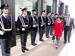 1L'arrivo del prefetto, Antonia Bellomo con il questore, Alberto Francini 2 L'omaggio alla lapide che in questura ricorda i caduti della Polizia di Stato 3 Il questore Alberto Francini