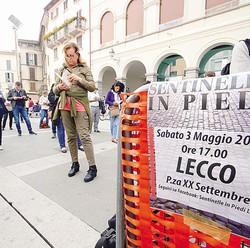 1Si sono dati appuntamentoin piazza XX Settembreper manifestare la difesadei valori della famiglia2Per un'ora lettura silenziosa3L'assessore provinciale Gianluca Bezzi di Ncd