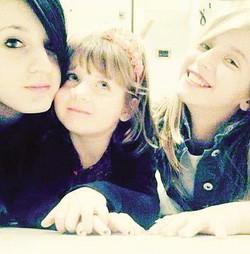 1 Da sinistra: Simona (13 anni) Keisi (3 anni) e Sindy Dobrushi (10 anni)2 Papà Baskim Dobrushi