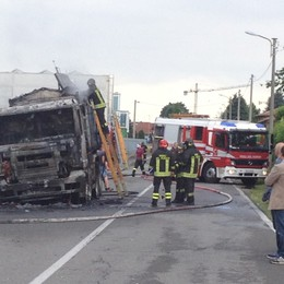 Brucia camion pieno di catrame Paura a Mariano Comense