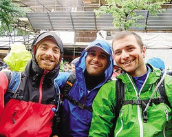 Enrico Broggi (a destra) con  gli amici Riccardo Pasquale e Gianluca Pandolfo