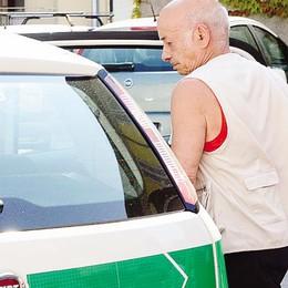 «Hai parcheggiato male»  Accoltellato a Mandello