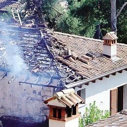 Incendio devasta una villa  Paura ma è disabitata