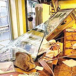 Vetrina sfondata a mazzate  Colpo alla boutique Malù