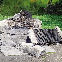 Vandali scatenati al parco del Rio Torto  Distrutte le postazioni per il barbecue